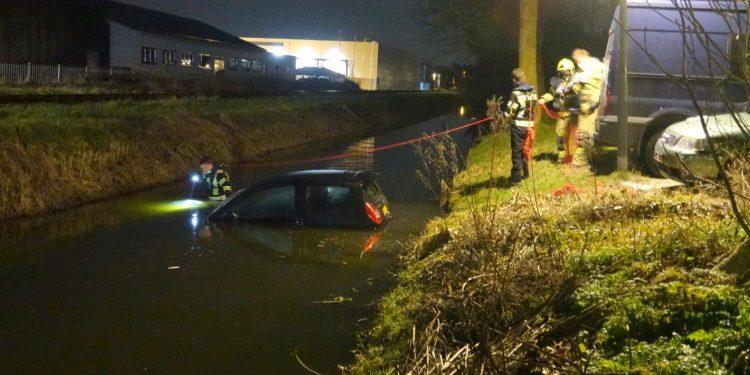 """Auto te water in Hoorn; Briefje op voorruit """"Wordt er morgen uitgehaald"""""""