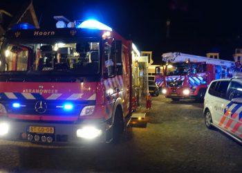Brandweer massaal opgeroepen voor woning brand centrum Hoorn