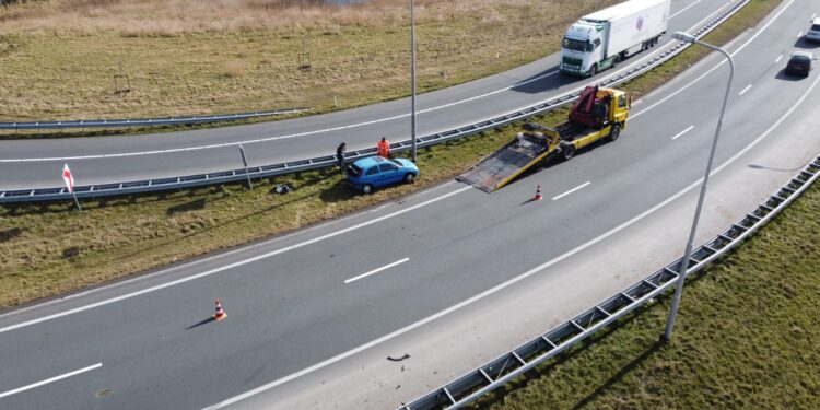 Auto uit de bocht op N307 oprit A7 nabij Hoorn