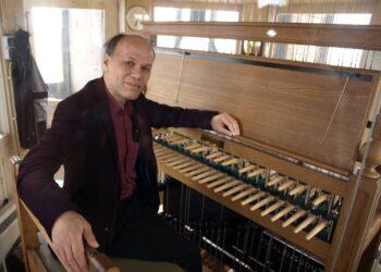 Stadsbeiaardier Frits Reynaert speelt werk Golden Earring in Edam, Enkhuizen en Hoorn