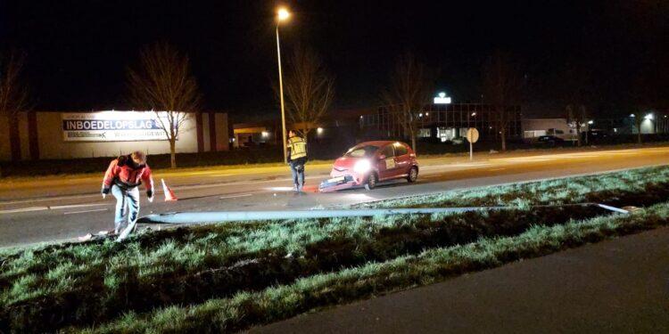 Auto tegen lantaarnpaal op Provincialeweg Hoorn