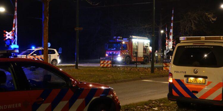 Spoorwegovergang Liornestraat afgesloten en treinverkeer rondom Hoorn gestremd na aanrijding