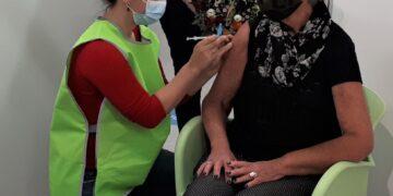 Rini Kofman uit Enkhuizen krijgt eerste vaccinatie in Hoorn: 'Optimistisch de zomer tegemoet'