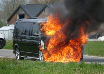 Bestelauto vat vlam tijdens proefrit monteur garagebedrijf