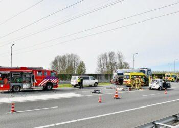 Aanrijding vrachtwagen met twee auto's op A7 nabij Wognum