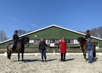 Cheque voor 50-jarig bestaan Paardensportvereniging OWF