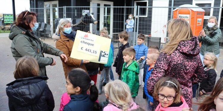 Kinderen van Aartswoud overhandigen cheque aan het Rundveemuseum