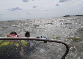 Surfer uit het koude water gehaald bij Wijdenes