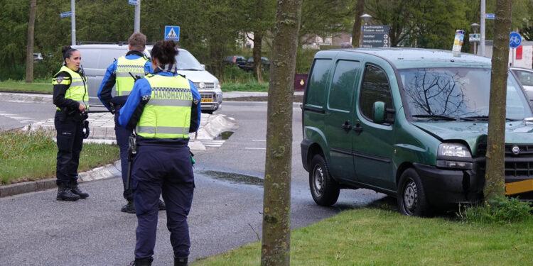 Auto rijdt tegen boom op Wogmergouw in Zwaag
