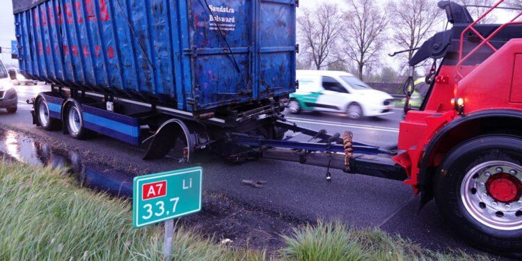 Wiel vrachtwagenaanhanger schiet los en vliegt in brand op A7