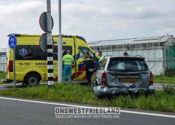 Auto bost op voorliggen op afrit Zwaag N307; Een bestuurder ter controle naar ziekenhuis