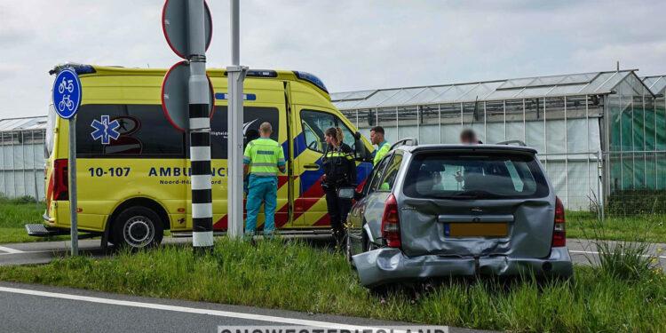 Auto botst op voorligger op afrit Zwaag N307; Een bestuurder ter controle naar ziekenhuis