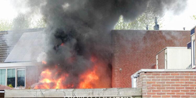 Uitslaande brand aan de Douwe Brouwerweg in Enkhuizen; Omliggende woningen ontruimd