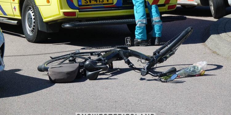 Lesauto en fietsen botsen op rotonde Florasingel in Bovenkarspel