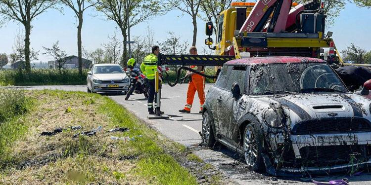 Auto uit de bocht, in sloot bij Liederik in Wervershoof