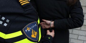 Aanhoudingen na heterdaad verkoop vuurwapen station Bovenkarspel