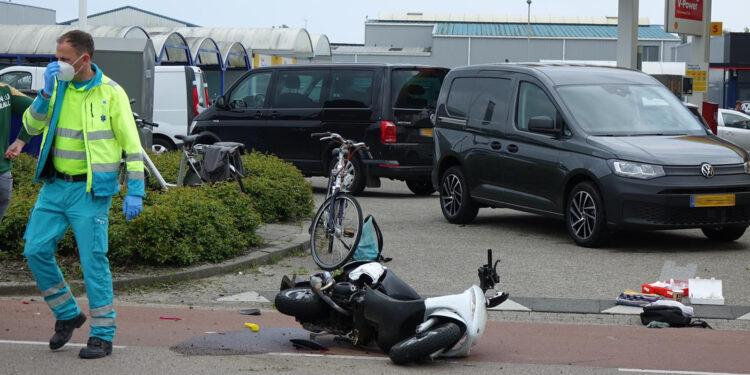 Twee gewonden na aanrijding scooter in Grootebroek