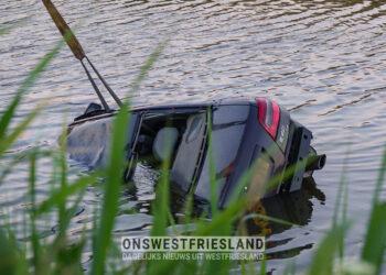 Auto te water in Midwoud; Ambulance komt vast te zitten