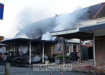 Autobrand in Zwaag slaat over naar woningen; Vier woningen zwaar beschadigd; acht woningen ontruimd (update)