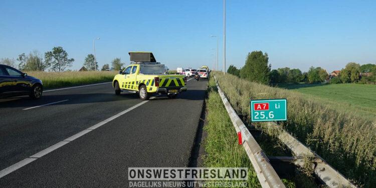 Lange file op A7 nabij Oudendijk door ongeluk; vrouw naar ziekenhuis