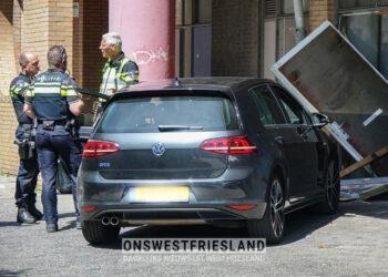 Auto tegen achterkant winkel WC Kersenboogerd in Hoorn gereden (update)