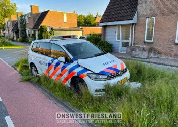 Politieauto onderweg naar spoedmelding krijgt ongeluk in Zwaag