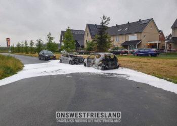 Twee auto's uitgebrand bij brand in Zwaag; Politie zoekt getuigen (update)