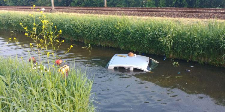 Auto te water in Hoorn; Geen slachtoffers, mogelijk niet op handrem