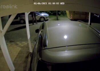 Onderzoek naar autobrand Hoefblad in Zwaag; Politie op zoek naar man [video]