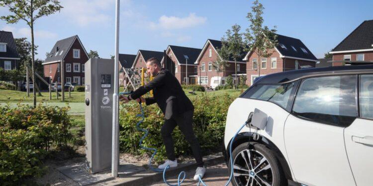 Elektrische laadpaal nummer 100 in gebruik genomen; 'in Hoorn totaal 600 nodig'