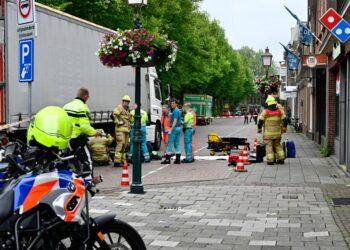 Fietser klem onder vrachtwagen bij ongeval in binnenstad Hoorn (update)