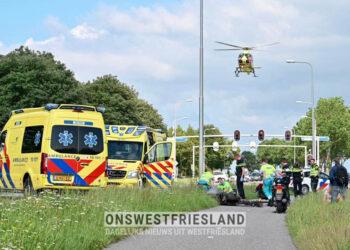 Twee personen met spoed naar ziekenhuis na ongeluk op fietspad naast N506 bij Schellinkhout