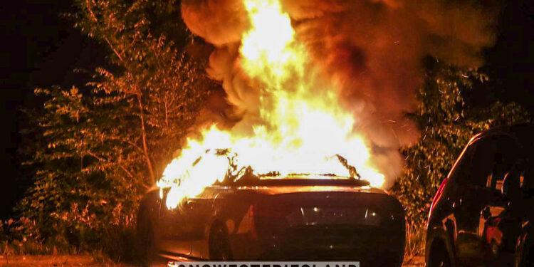 Autobrand in Enkhuizen; eigenaar kan camper net op tijd weghalen
