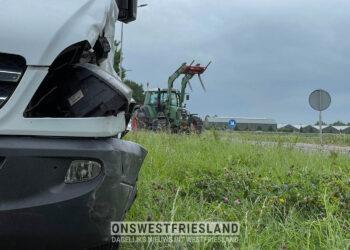 Aanrijding tractor met busje in Lutjebroek; veel schade aan beide voertuigen