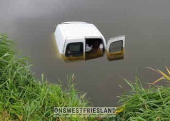 Omstanders redden ouder echtpaar uit auto op N239 bij Twisk