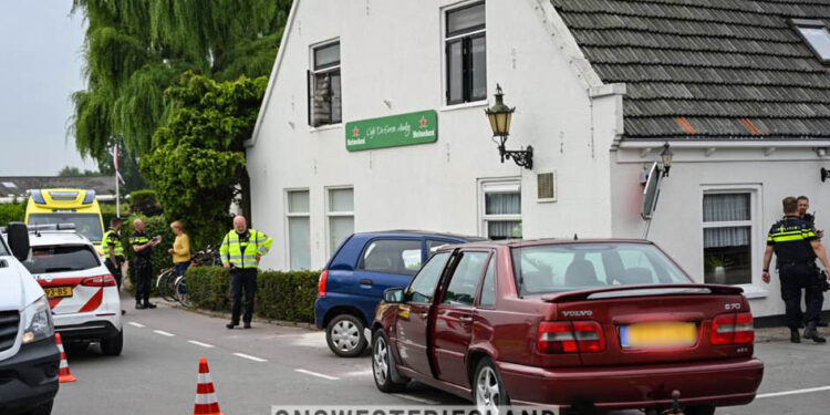 Auto uit de bocht in Hoogkarspel; Café en andere auto geraakt