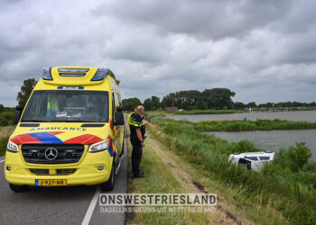 Aanrijding Zuiderdijk bij Venhuizen; Auto over de kop eindigt onderaan dijk