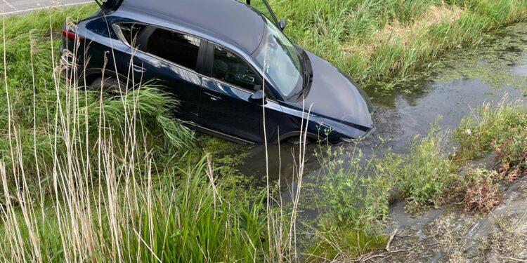 Auto met neus ter water na aanrijding op kruising Veenakkers in Wervershoof