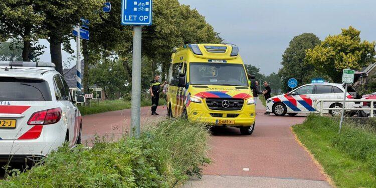 Fietser geschept door auto op de Zwaagdijk