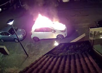Politie deelt beelden dader vuurwerkbom en autobrand Gangwerk in Hoorn