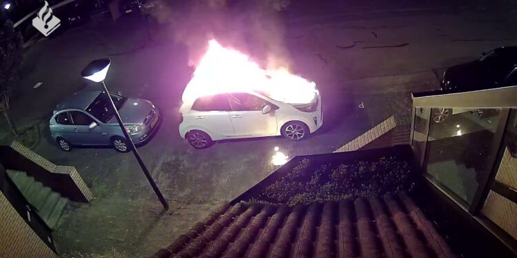 Politie deelt beelden dader vuurwerkbom en autobrand Gangwerk in Hoorn [video]