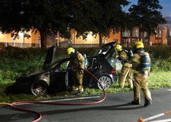 Auto ontbrandt tijdens het rijden in Enkhuizen, brandweer ter plaatse