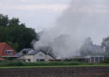 Brand schuur Andijk; 'buurtbewoners let op glassplinters zonnepanelen' (update)