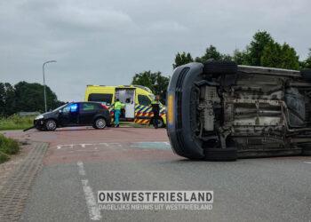 Flinke blikschade bij aanrijding kruising De Gouw/Kadijkweg in Lutjebroek