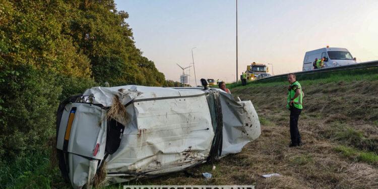 Auto over de kop geslagen op A7 bij Avenhorn