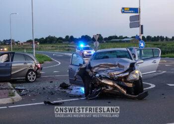Auto's botsen in Medemblik, twee personen naar ziekenhuis gebracht