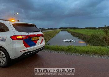 Auto ter water op de Kadijkweg in Andijk