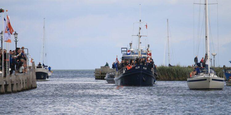 52ste IJsselmeer Zwemmarathon; Overtocht vanuit Stavoren en City Swim in haven Medemblik