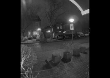 Wie herkent deze brandstichter van autobrand in Hoorn? [video]
