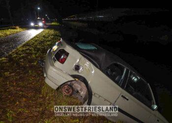 Auto half in sloot aangetroffen langs de Veenakkers in Wervershoof